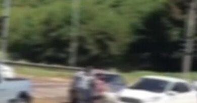 VÍDEO: Carro atropela idosos ao tentar furar fila da vacinação em Campo Grande